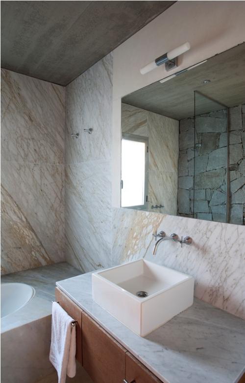 Marmor im Bad Marmorfliesen Badewanne Waschtisch Spiegel Akzentwand im Spiegel Glaswand