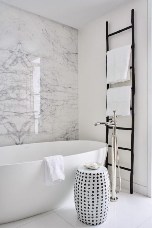 Marmor im Bad Marmorfliesen Marmorwand in Grau schöne Maserung weiße Badewanne angelehnte schwarze Leiter
