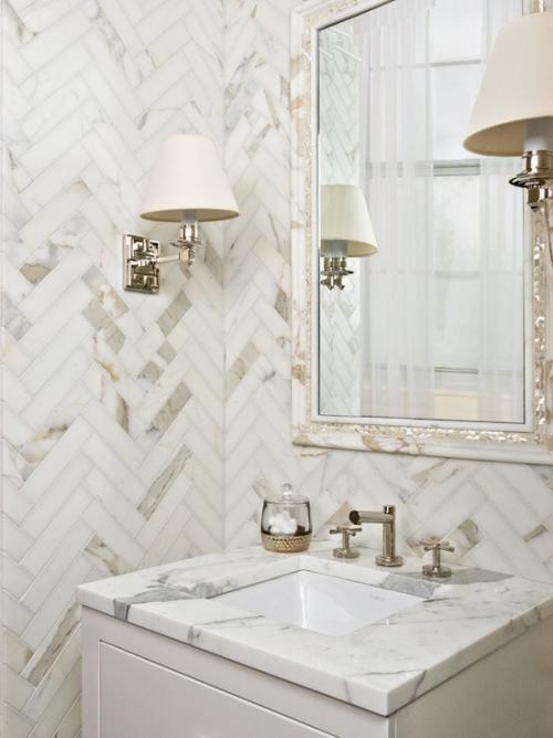 Marmor im Bad Marmorfliesen eine Ecke im modernen Bad Wandlampe Spiegel waschtisch in hellgrau