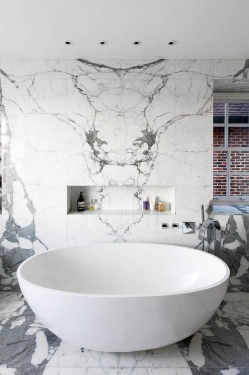 Marmor im Bad Marmorfliesen exzentrisch runde Badewanne herrliche Marmorplatten in Grau dunkle Maserung