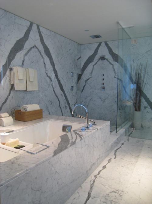 Marmor im Bad Marmorfliesen grau einigartige ´Maserung Badewanne
