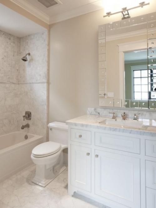 Marmor im Bad Marmorfliesen grau weiß dominieren Badewanne Dusche Waschtisch Spiegel