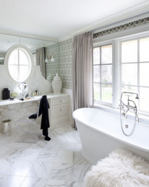 Marmor im Bad Marmorfliesen grau-weißes Baddesign feminine Touches großes Fenster