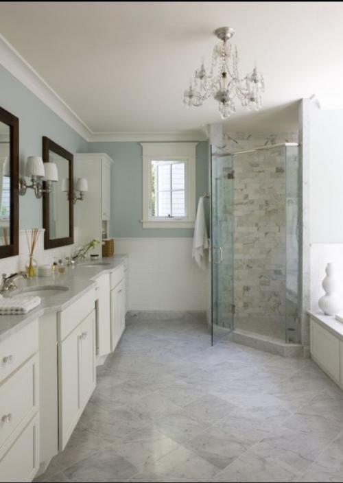 Marmor im Bad Marmorfliesen helle Farben Glaswand Dusche weiße Badschränke Spiegel