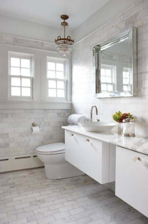 Marmor im Bad Marmorfliesen hellgrau dominiert zwei Waschtische WC Fenster Spiegel