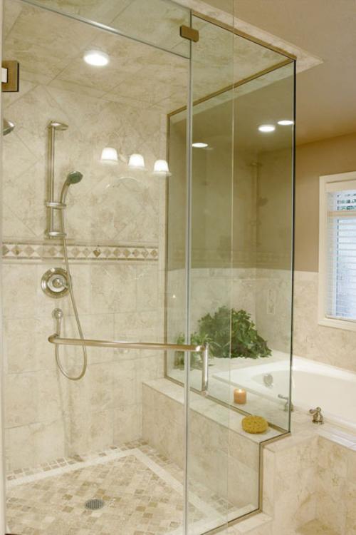 Marmor im Bad Marmorfliesen in beige Wanne Glaswand Dusche sehr ansprechendes Baddesign