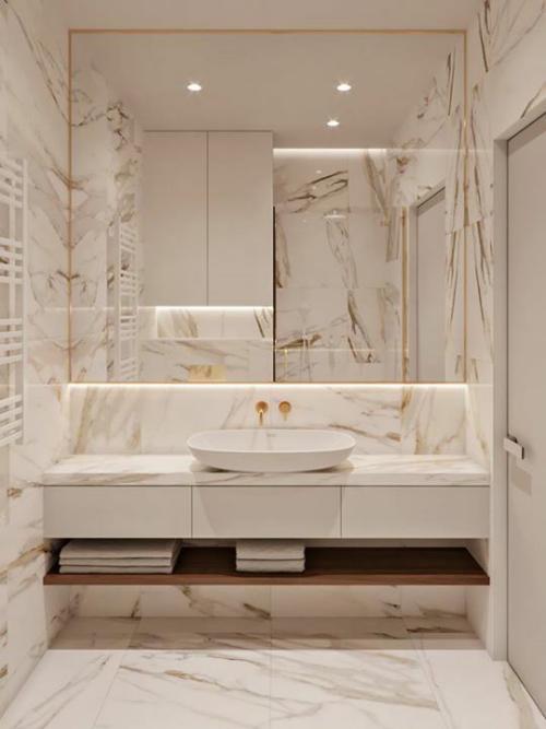Marmor im Bad Marmorfliesen schönes Baddesign in Beige Waschtisch Spiegel Einbaulichter