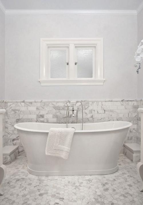 Marmor im Bad Marmorfliesen weiß und hellgrau Badewanne schön gestaltet Fenster