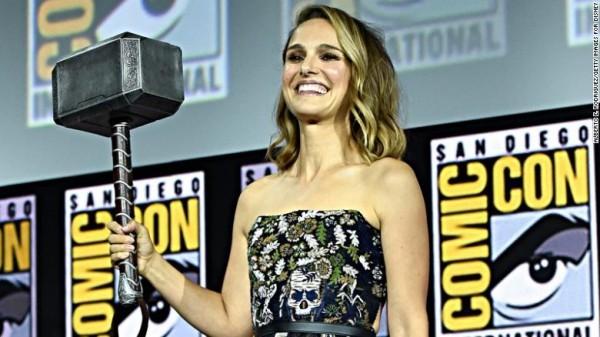 Natalie Portman mit einem Hammer in der Hand