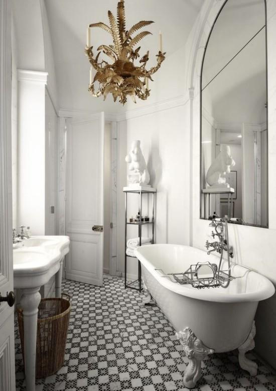 Pariser Chic im Bad Badewanne mit Löwenfüßen gemusterte Bodenfliesen Waschtisch Korb