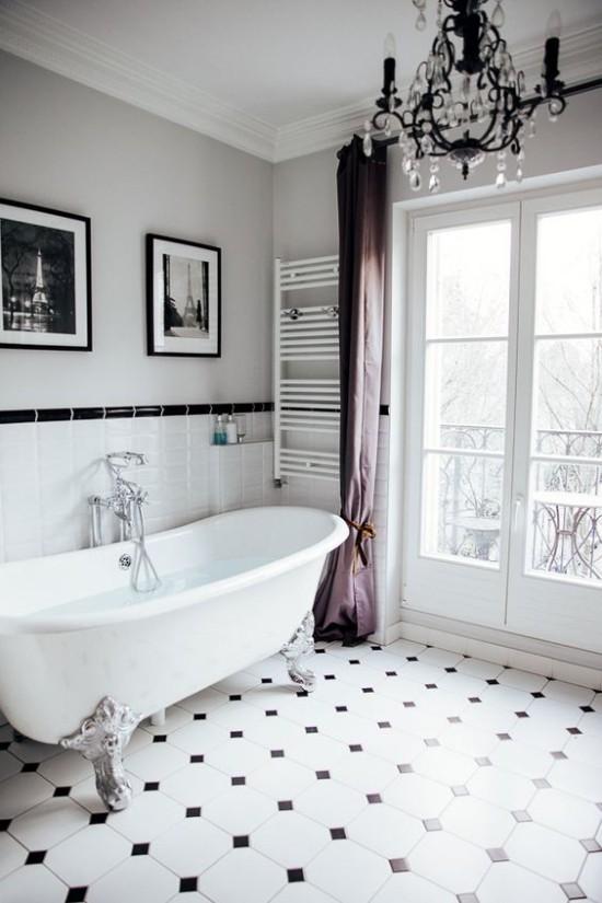Pariser Chic im Bad Badewanne mit Löwenfüßen weiße Bodenfliesen