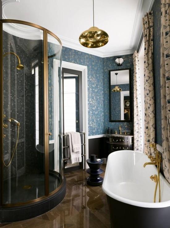 Pariser Chic im Bad Badewanne moderne Duschkabine dunkelblau hellblau goldene Akzente