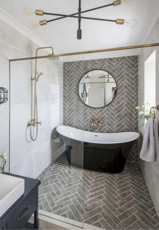Pariser Chic im Bad Glaswand interessantes Muster Bodenfliesen große Badewanne schwarz-weiß