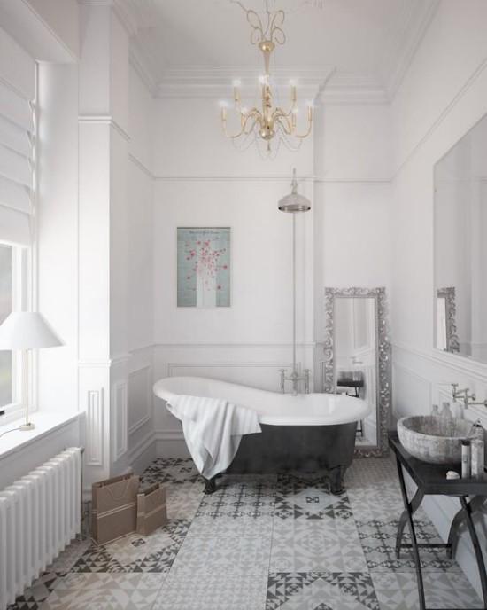 Pariser Chic im Bad Grau dominiert helles Ambiente Kronleuchter Badewanne