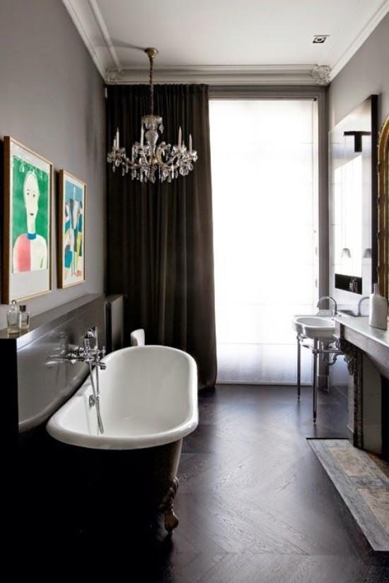 Pariser Chic im Bad Kontraste schaffen Weiß Elfenbeinfarben und Braun Badewanne