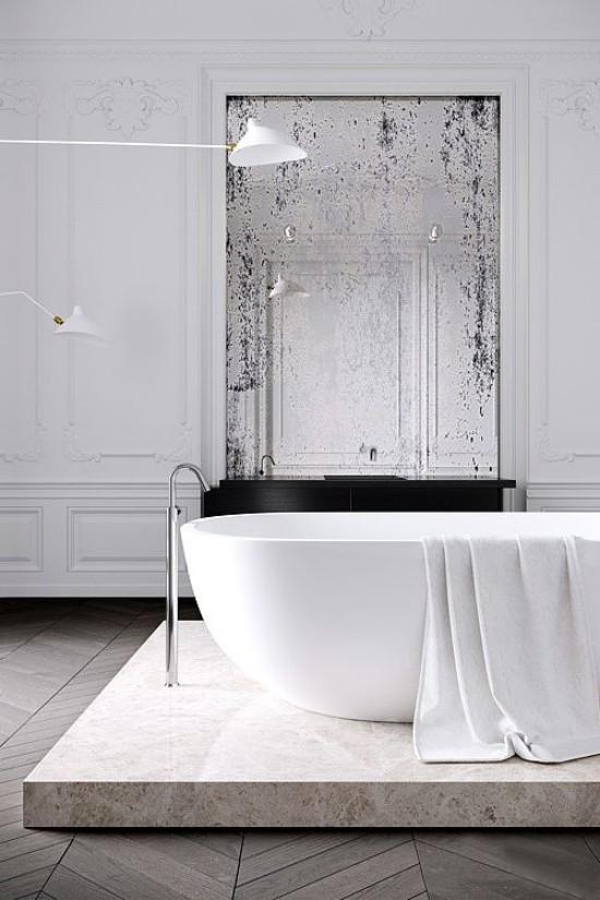 Pariser Chic im Bad erhabenes Design Badewanne auf Podest weißes Ambiente