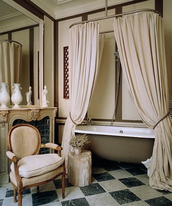 Pariser Chic im Bad klassisches Baddesign Vorhänge Badewanne Sessel Wandspiegel Skulpturen