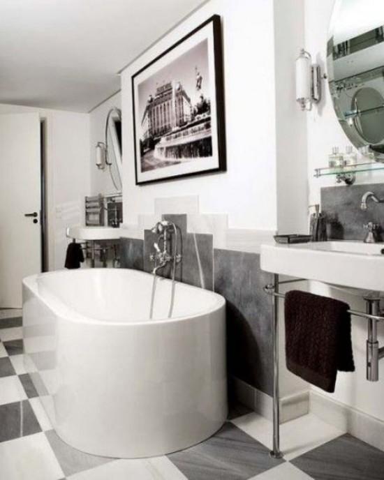 Pariser Chic im Bad moderne Badewanne Kunstwerk an der Wand Waschtisch dunkelbraunes Handtuch Bodenfliesen in Karo-Muster verlegt