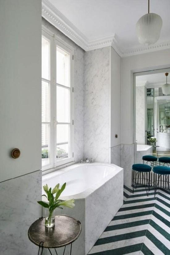 Pariser Chic im Bad moderne Badewanne schickes Raumdesign großes Fenster weiße Blumen Vase auf dem Beistelltisch