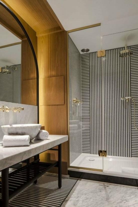 Pariser Chic im Bad moderne Variante goldene Akzente schickes Design