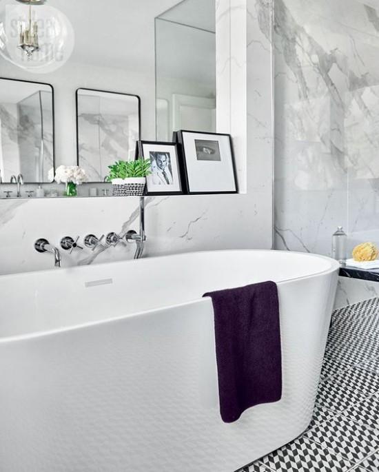 Pariser Chic im Bad modernes Design weiße Badewanne lila Tuch Marmorwand Spiegel