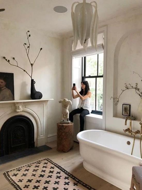 Pariser Chic im Bad sanfte Farben dunklere Akzente Skulpturen Spiegel Kunstgemälde weitere Deko
