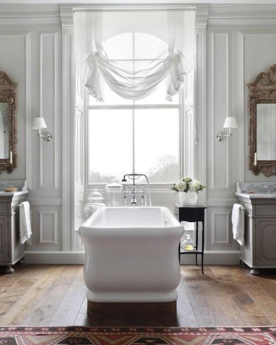 Pariser Chic im Bad sehr ansprechende Atmosphäre freistehende Badewanne großes Fenster drapierte Gardinen große Wandspiegel Teppich weiße Blumen