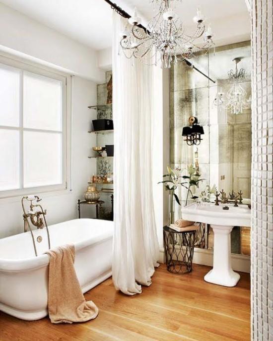 Pariser Chic im Bad weiß beige angenehmes Design Kristall-Kronleuchter großer Spiegel verspielte Atmosphäre