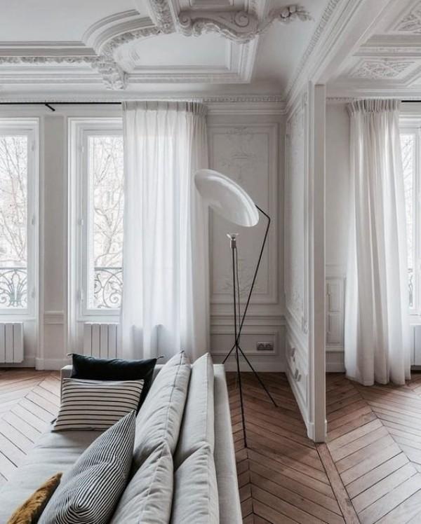 Pariser Chic im Wohnzimmer Hartholzparkett weiße Wände