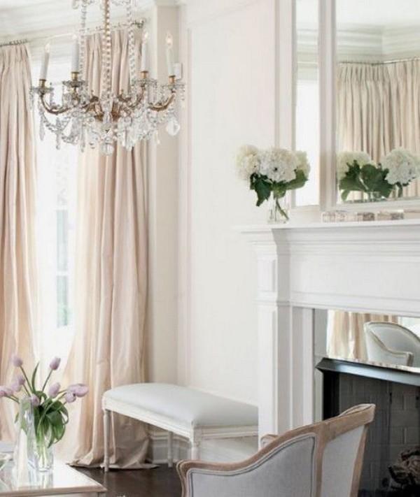 Pariser Chic im Wohnzimmer Kronleuchter elegant reich verziert gemütliches Ambiente Blumen Kamin Sitzbank