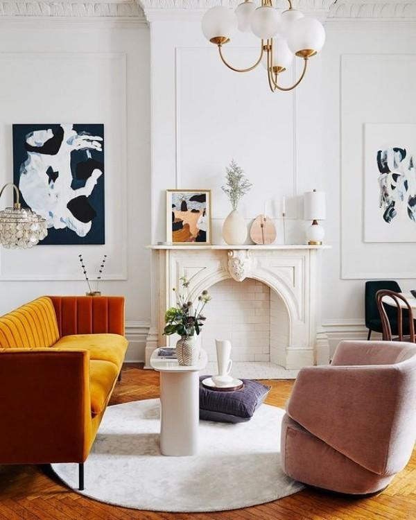 Pariser Chic im Wohnzimmer Kunstgemälde an weißen Wänden Samtsessel in neutralen Nuancen