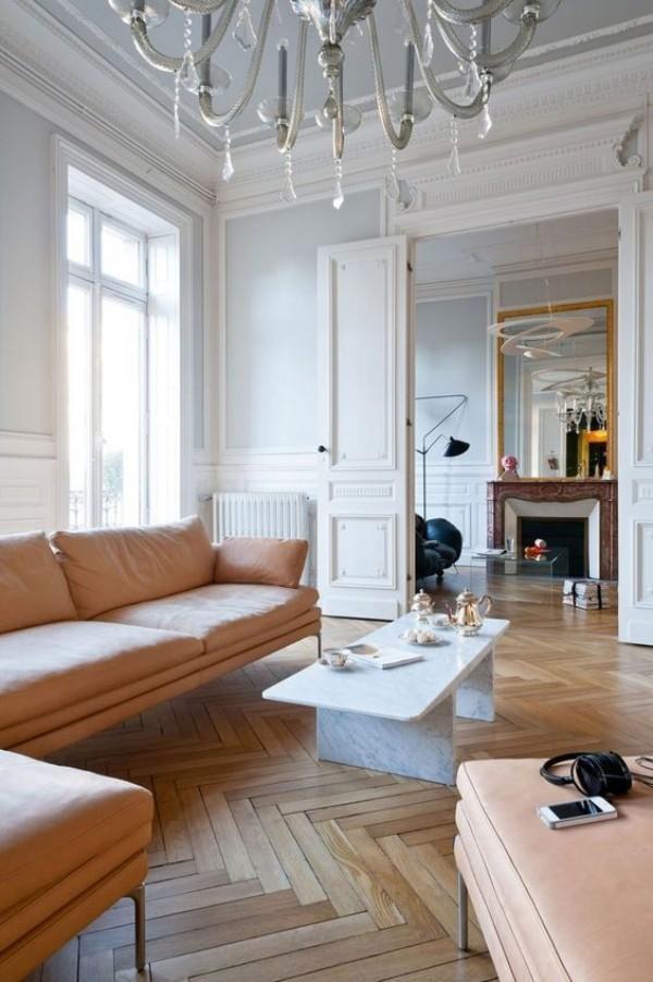 Pariser Chic im Wohnzimmer Parkett Boden elegante Sitzmöbel in Beige helles Interieur