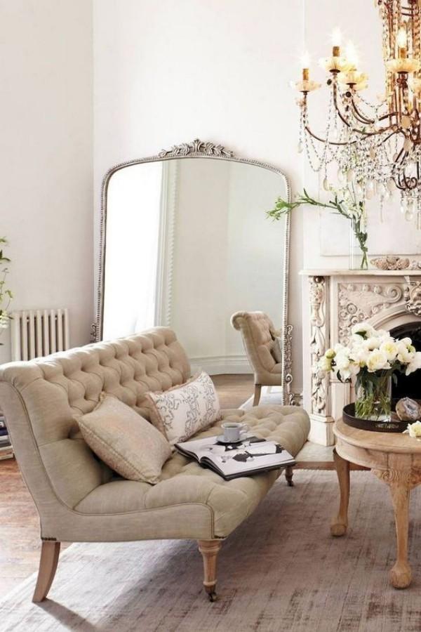 Pariser Chic im Wohnzimmer großer Spiegel angelehnt an die Wand neben dem Kamin