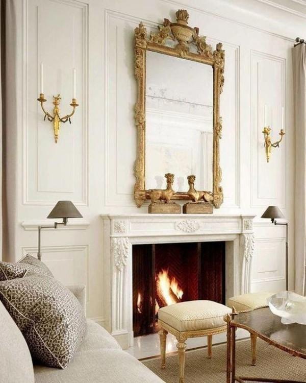 Pariser Chic im Wohnzimmer großer Spiegel verzierter Rahmen Kerzen beiderseits weiße Sitzmöbel