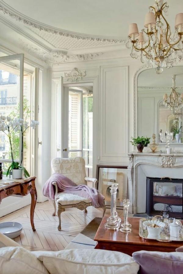 Pariser Chic im Wohnzimmer helles Interieur viele Verzierungen persönlich ausdrucksstrak