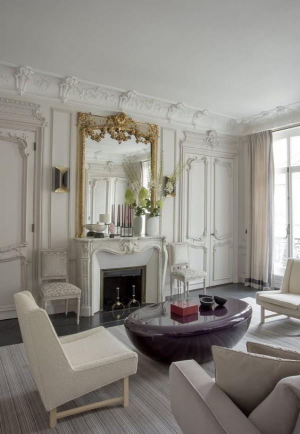 Pariser Chic im Wohnzimmer modernes Ambiente runder Tisch aus Marmor Kamin Spiegel