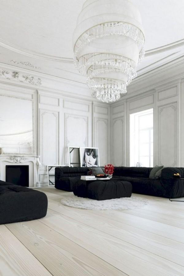 Pariser Chic im Wohnzimmer modernes helles Interieur schwarze Möbel Kontrast Kronleuchter als Blickfang