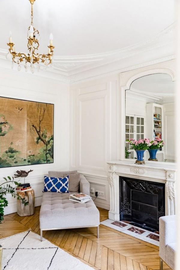 Pariser Chic im Wohnzimmer schönes Ambiente Parkett Boden Teppich gemütliche Sitzecke Liegesessel Kamin Spiegel