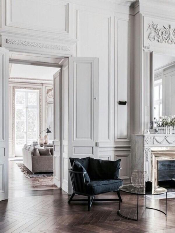 Pariser Chic im Wohnzimmer weiß bis hellgrau dominierende Farbe ein schwarzer Sessel als Blickfang