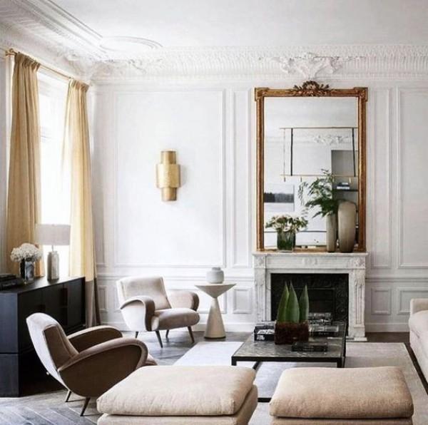 Pariser Chic im Wohnzimmer weiße Wände Samtmöbel in neutralen Farben sehr ansprechendes Ambiente gemütlich und stilvoll
