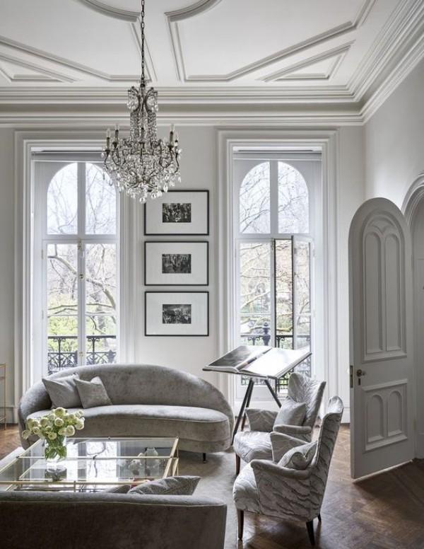 Pariser Chic im Wohnzimmer weißes Interieur sehr elegant aussehend Kristall-Kronleuchter persönliche Wohnaccessoires