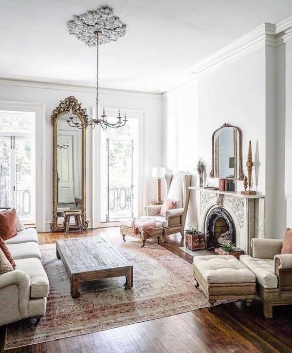 Pariser Chic im Wohnzimmer weites Ambiente elegant und raffiniert eingerichtet kamin Spiegel alte Sitzmöbel