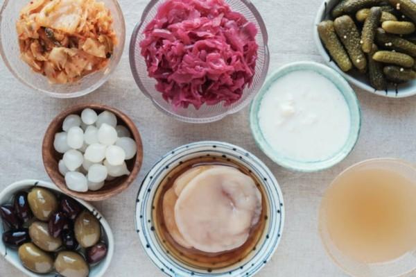 Probiotische Lebensmittel gesunde Ernährung Oliven Sauergurken Joghurt
