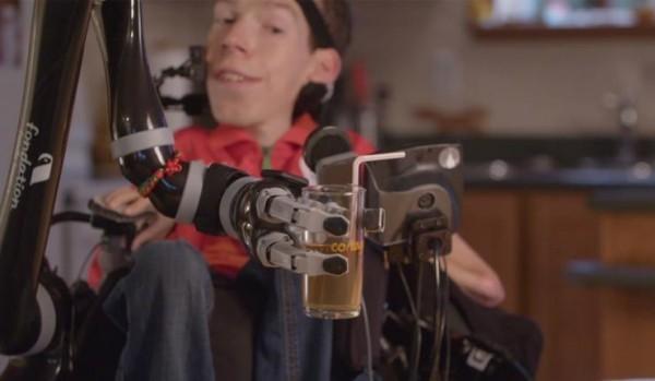 Roboterarm Jaco kann Rollstuhlfahrern bei alltäglichen Aufgaben helfen alltägliche aufgaben leichter gemacht
