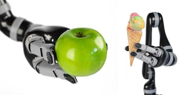 Roboterarm Jaco kann Rollstuhlfahrern bei alltäglichen Aufgaben helfen arm hält apfel und eiscreme sicher