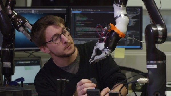 Roboterarm Jaco kann Rollstuhlfahrern bei alltäglichen Aufgaben helfen kinova roboter in der forschung