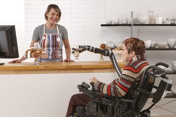 Roboterarm Jaco kann Rollstuhlfahrern bei alltäglichen Aufgaben helfen leichter mit menschen interagieren