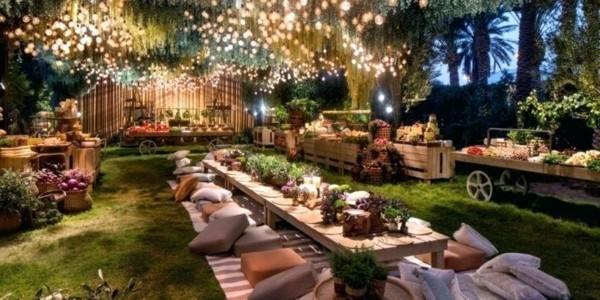 Sommerparty Deko Ideen Gartenparty hunderte Hängeleuchten