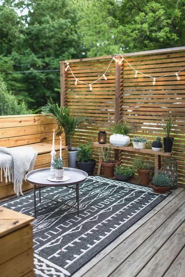 Traumhaus - Veranda Bodengestaltung mit einem Teppich