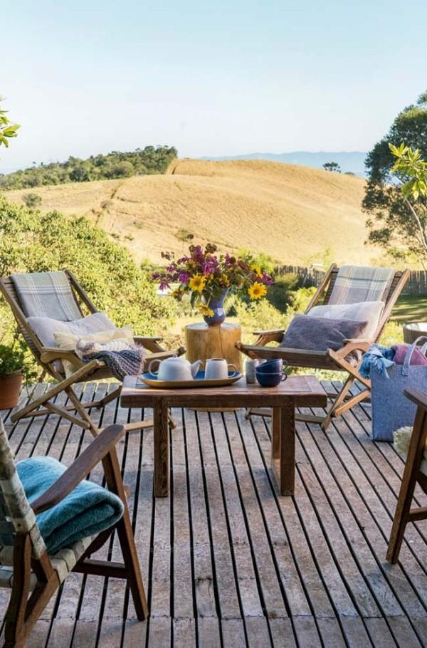 Traumhaus mit ein paar Stühlen in Blau
